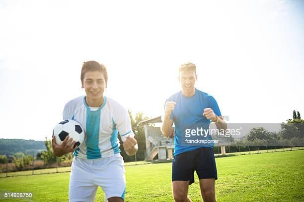 Joueur de football encourager après la victoire
