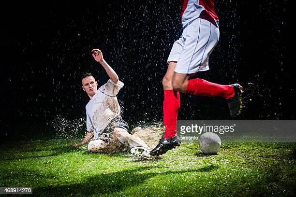 Fußball-Spieler einen Ball zu verteidigen