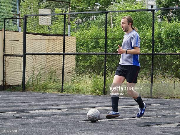 Joueur de football dribbles
