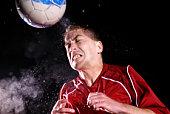 Joueur de football frapper le ballon avec la tête