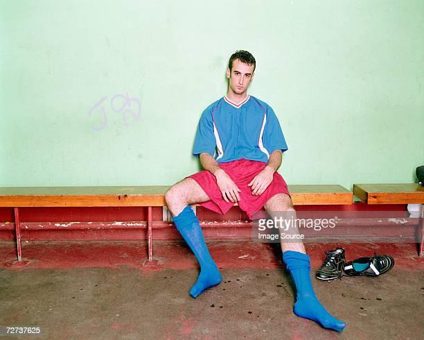 Joueur de football dans les vestiaires