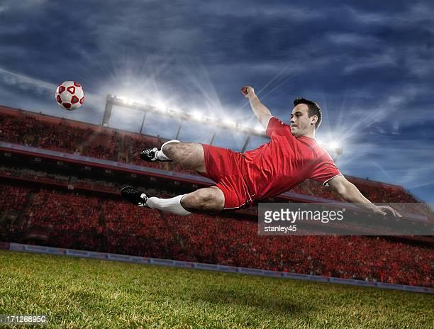 Fußball Spieler treten Kugel im midair