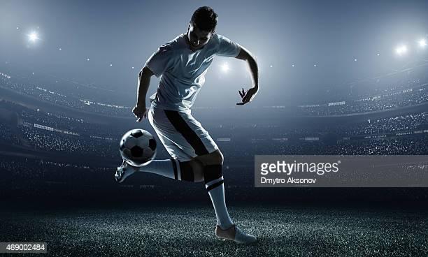 Ballon de football joueur frappe au stade