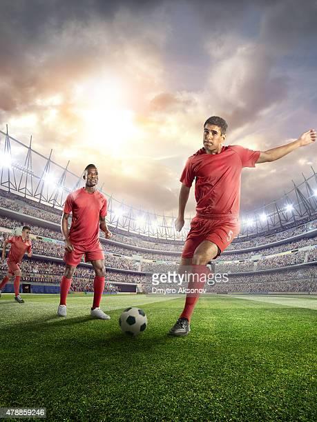 Fußball Spieler treten Kugel im Stadion