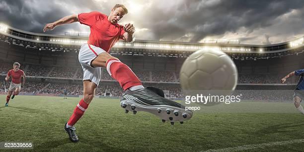 Fußball Spieler treten Ball