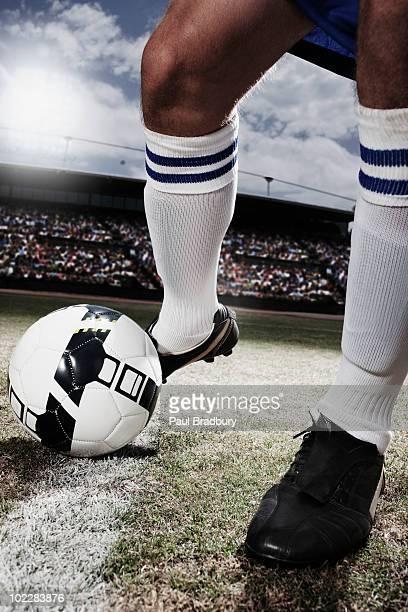 Fußball Spieler treten Fußball-Spielball