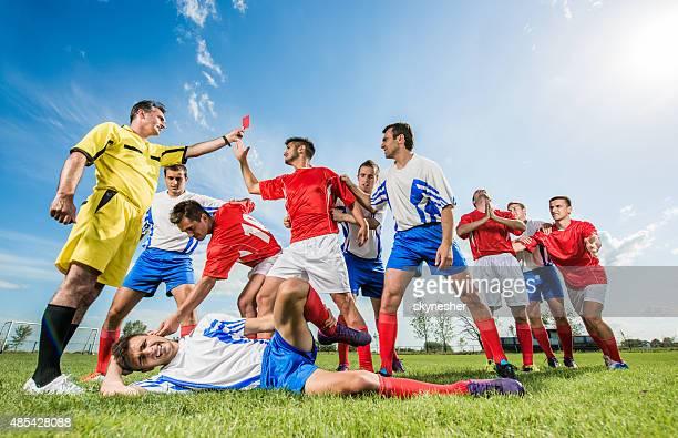 Fußball Spieler erhalten eine rote Karte für Sie ein foul.