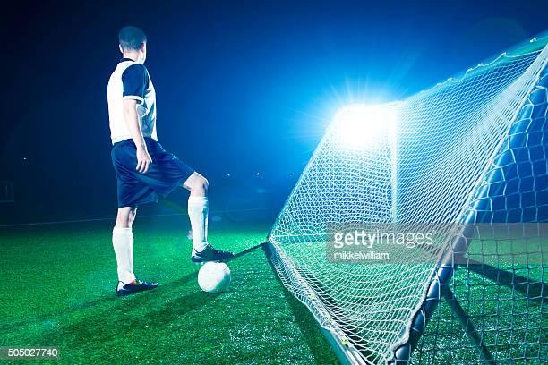 Joueur de football sur le terrain se tient prêt pour le coup d'envoi