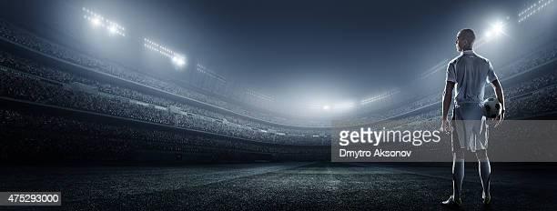 Joueurs de football avec ballon stadium