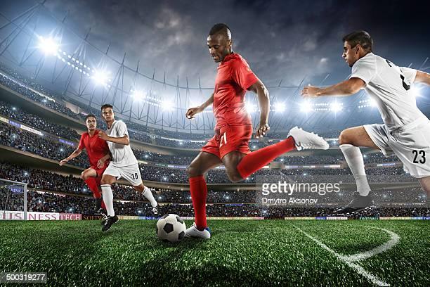 Joueurs de football en action au stade de football