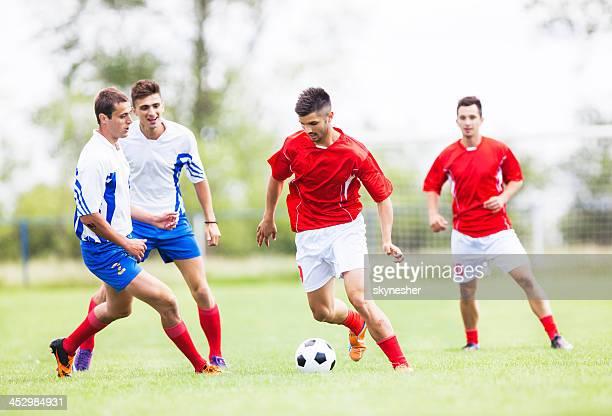 Joueurs de football en action.
