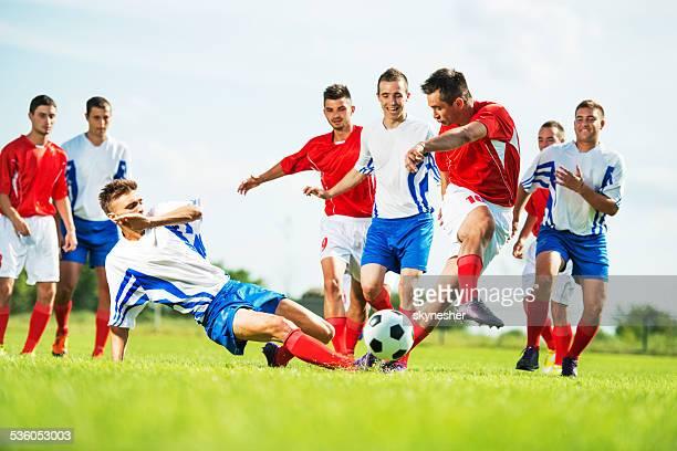 Soccer players en acción.