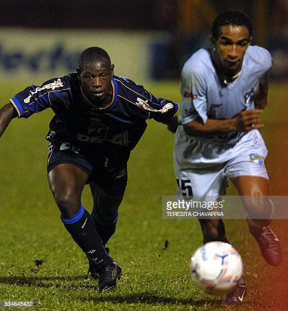 Soccer players Oscar Samir Garcia and Freddy Thompson are seen in action in Alajuela Costa Rica 20 December 2002 Oscar Samir Garcia del Motagua de...