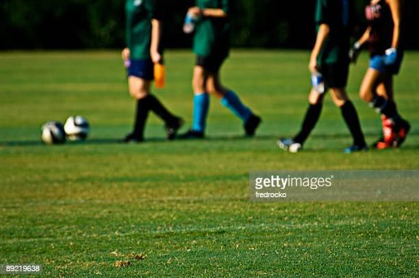 Soccer Players jugando al fútbol en el campo de fútbol con pelota de fútbol