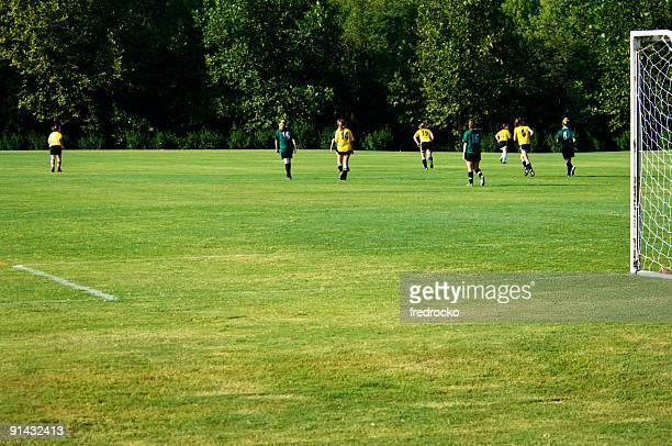 Joueurs de football jouer au Soccer sur le terrain de football avec ballon de football