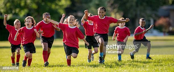 Fußball Spieler laufen und jubeln