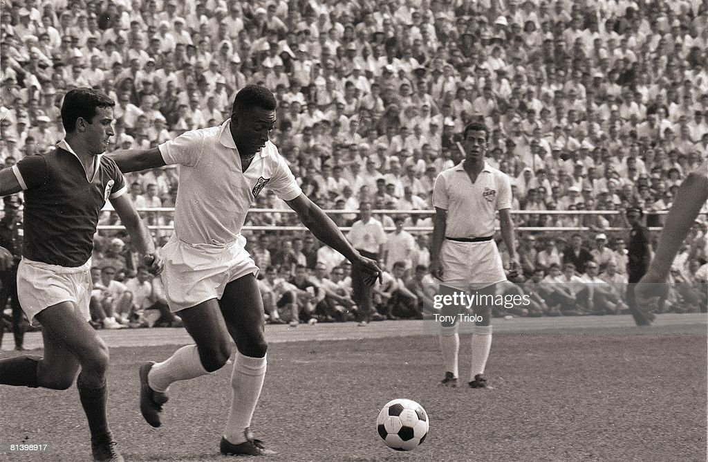 US Cup of Champions, Santos F,C, Pele (10) in action vs S,L, Benfica at Randall's Island, New York, NY 8/21/1966