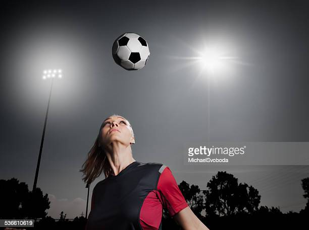 Football femmes en direction de la balle,