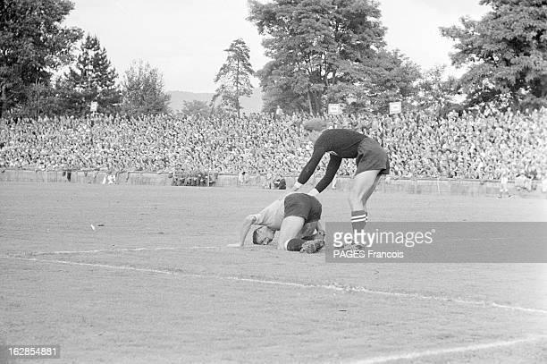 Soccer World Cup 1954 In Switzerland En Suisse en 1954 à l'occasion de la Coupe du Monde de Football dans un stade lors d'un match un gardien de but...