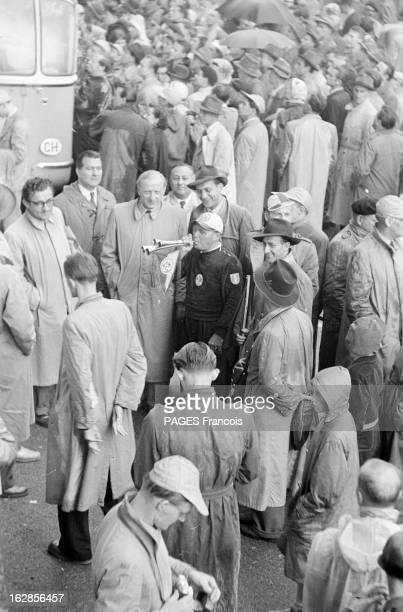 Soccer World Cup 1954 In Switzerland En Suisse en 1954 à l'occasion de la Coupe du Monde de Football un supporter souffant dans des cornets entouré...