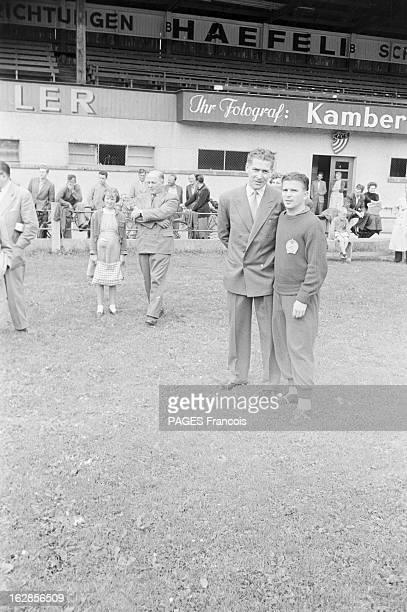 Soccer World Cup 1954 In Switzerland En Suisse en 1954 à l'occasion de la Coupe du Monde de Football sur un terrain lors d'un entraînement un homme...