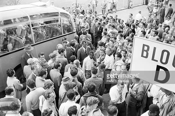 Soccer World Cup 1954 In Switzerland En Suisse en 1954 à l'occasion de la Coupe du Monde de Football des supporters rassemblés devant un stade avant...