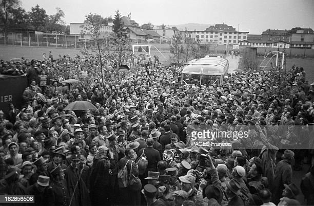 Soccer World Cup 1954 In Switzerland Suisse en 1954 à l'occasion de la Coupe du Monde de Football une foule de supporters devant un stade après un...