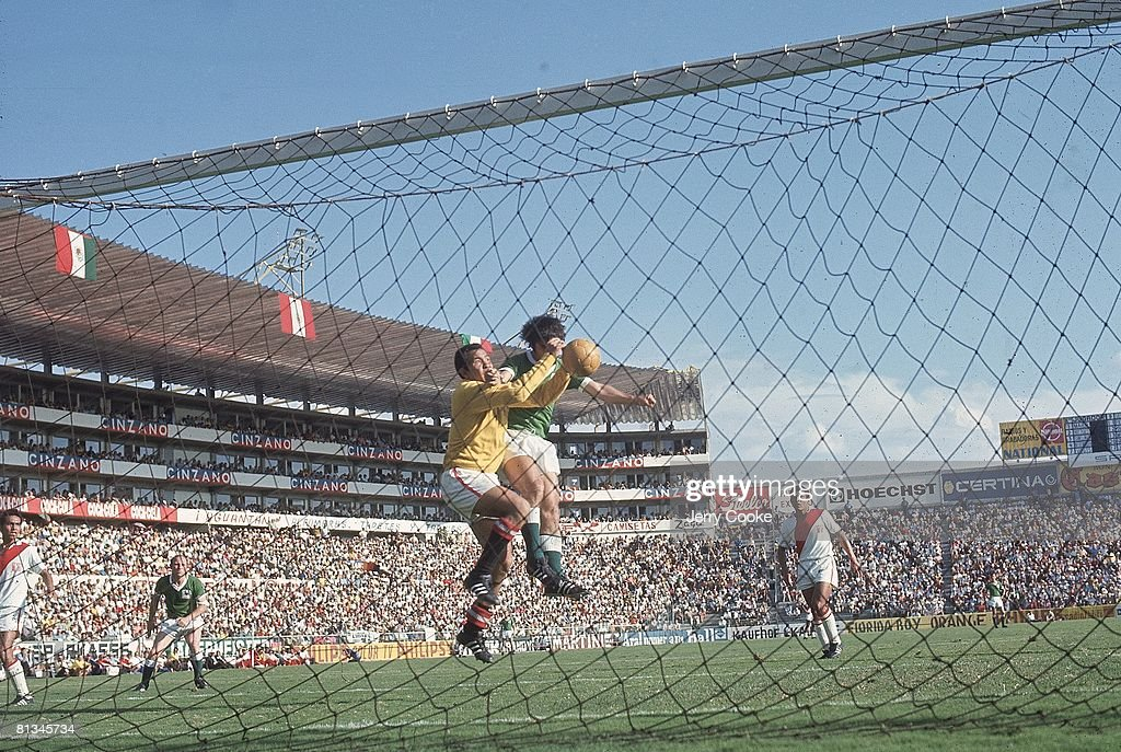 World Cup, PER goalie in action vs FRG, Leon, MEX 6/10/1970