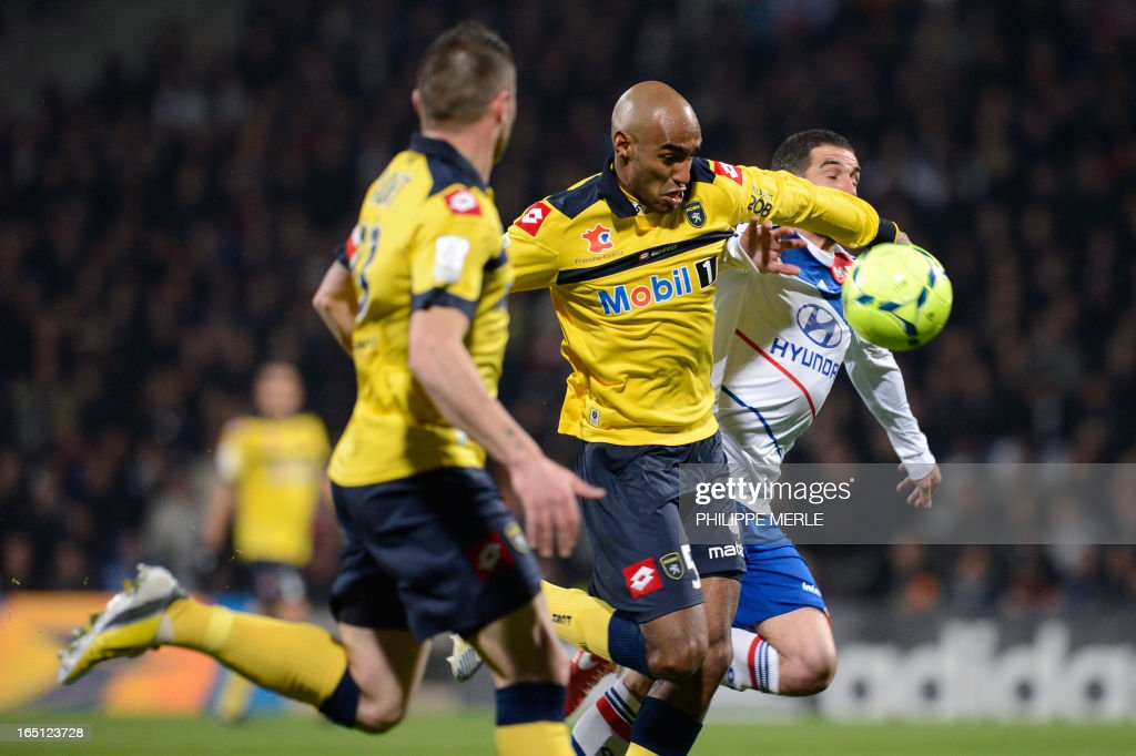 Sochaux' Brazilian midfielder Carlos Alberto Carlao (C) vies for the ball with Lyon's Argentinian forward Lisandro Lopez (R) during the French L1 football match Lyon vs Sochaux on March 31, 2013 at the Gerland stadium in Lyon.