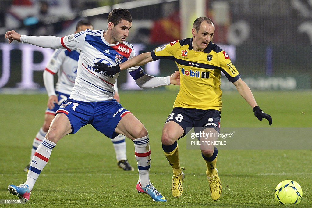 Sochaux' French midfielder Sebastien Roudet (R) vies for the ball with Lyon's French midfielder Maxime Gonalons during the French L1 football match Lyon vs Sochaux on March 31, 2013 at the Gerland stadium in Lyon.