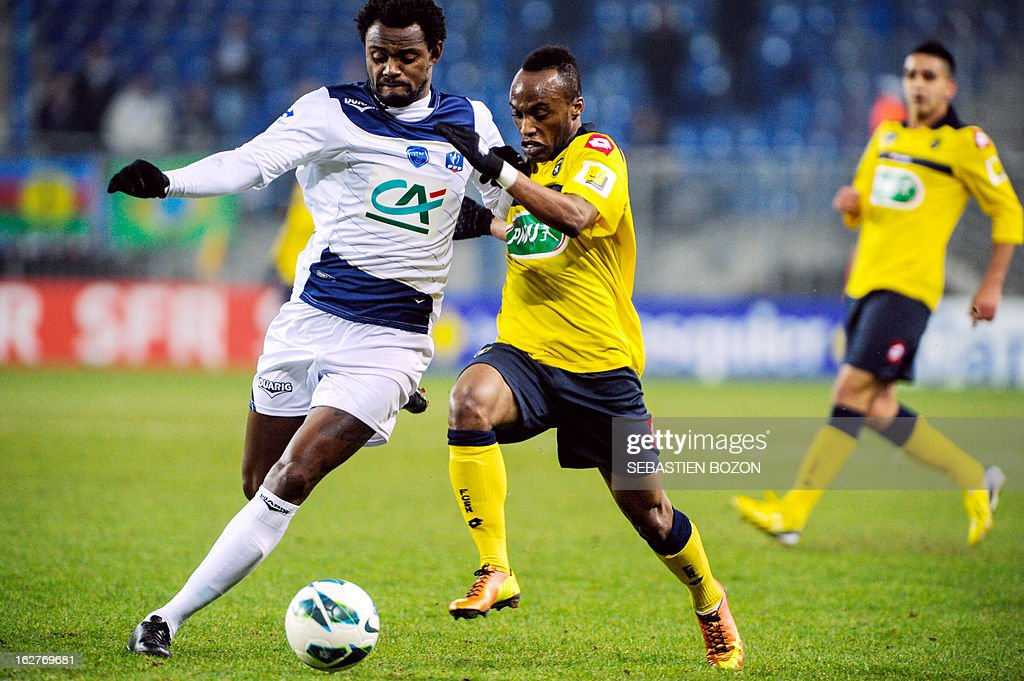 Sochaux' Ghanaian forward Ishmael Yartey (C) fights for the ball with Troyes' Brazilian defender Carlos Eduardo Rincon (L) on February 26, 2013 during a French Cup football match at the Auguste Bonal stadium in the eastern French city of Montbeliard. AFP PHOTO / SEBASTIEN BOZON
