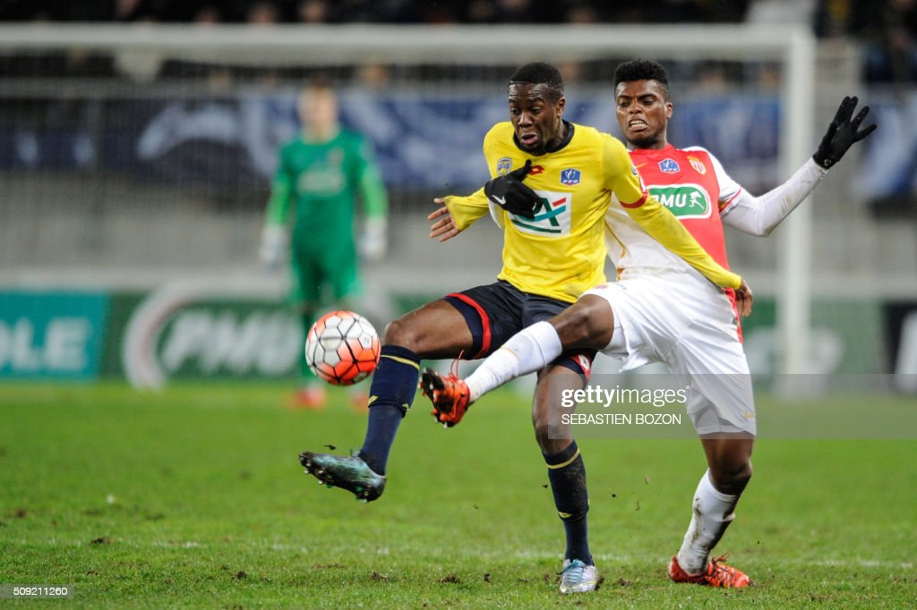 Sochaux's Belgian forward Yarris Mbombo (L) vies with Monaco's Brazilian defender Jemerson during the French Cup football match between Sochaux (FCSM) and Monaco (ASM) at Auguste Bonal Stadium in Montbeliard on February 9, 2016. / AFP / SEBASTIEN BOZON