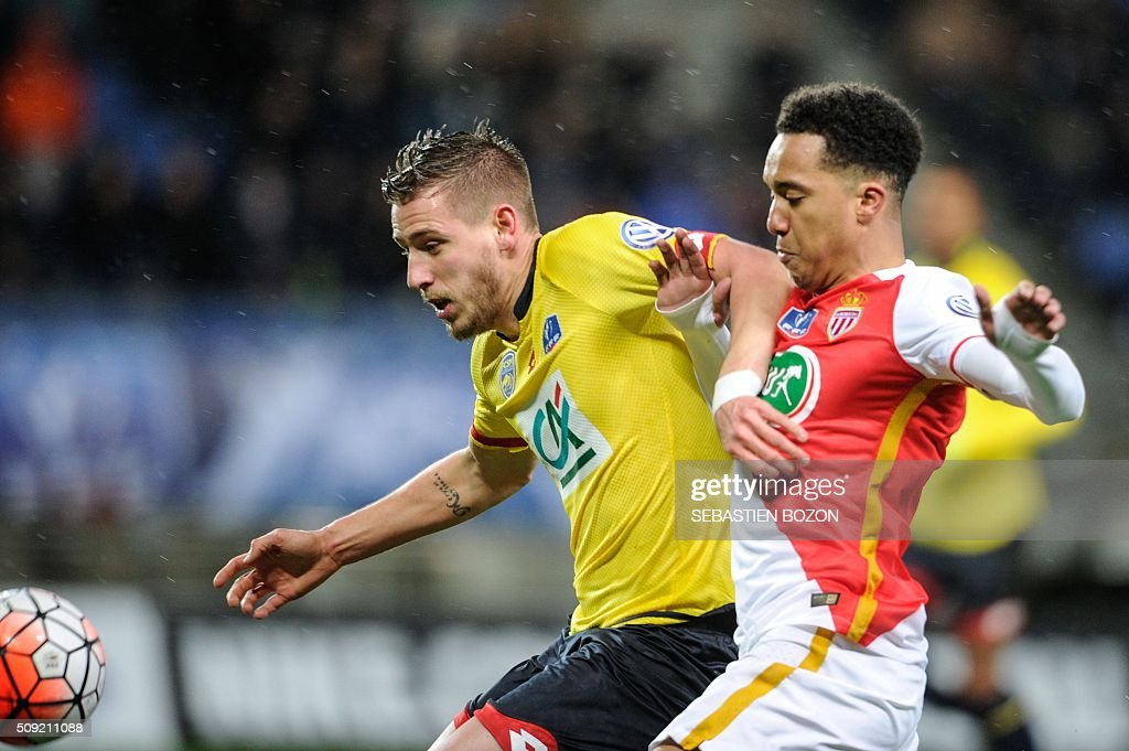 Sochaux's French defender Pierre Gibaud (L) vies with Monaco's Portuguese midfielder Helder Costa during the French Cup football match between Sochaux (FCSM) and Monaco (ASM) at Auguste Bonal Stadium in Montbeliard on February 9, 2016. / AFP / SEBASTIEN BOZON