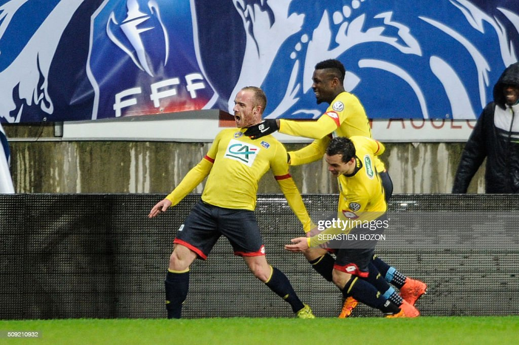 Sochaux's French midfielder Florian Martin (L) celebrates with teammates after scoring during the French Cup football match between Sochaux (FCSM) and Monaco (ASM) at Auguste Bonal Stadium in Montbeliard on February 9, 2016. / AFP / SEBASTIEN BOZON