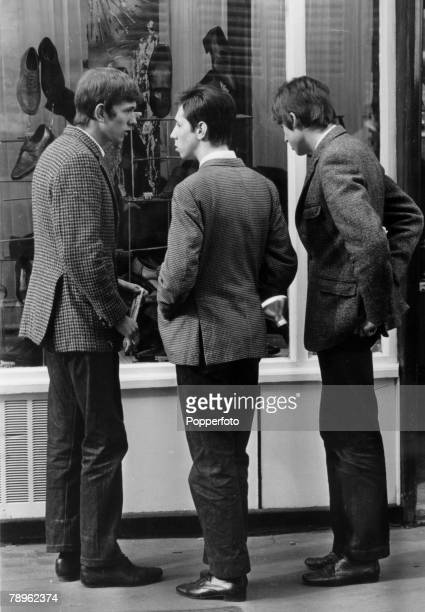 circa 1964 Great Britain Young 'Mods' dressed in smart jackets window shopping By 1964 many of Britain's youth fell into 2 factions either the...