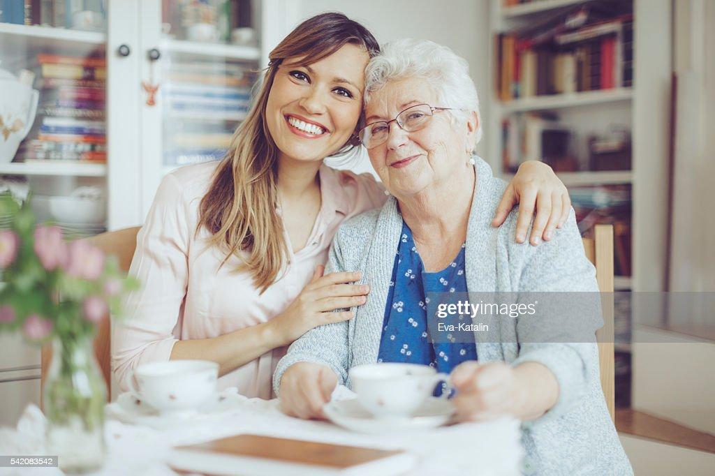 Sozialarbeiter ist Sie eine ältere Frau : Stock-Foto