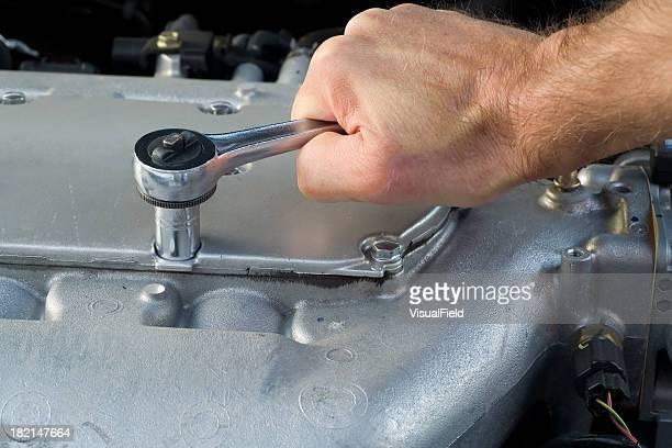 Steckschlüssel auf Kfz Motor Block