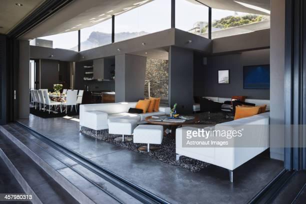 Sofa und Esstisch im modernen Wohnzimmer