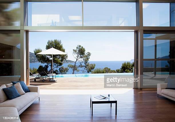 sofa und Schiebetüren in offenen modernen Haus