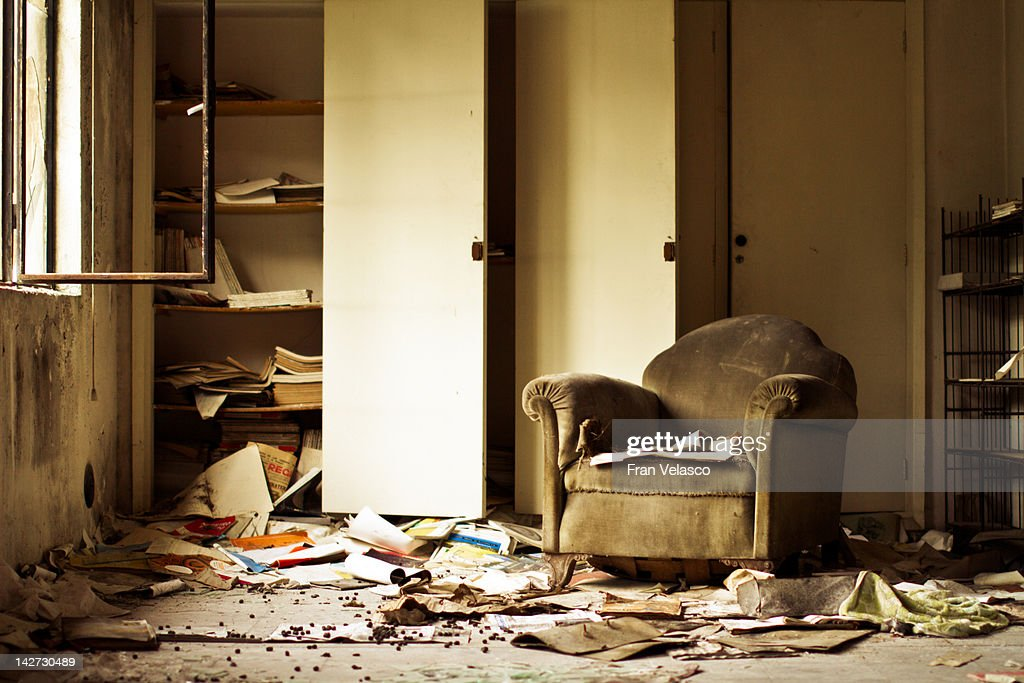 Sofa in abandoned building : Foto de stock