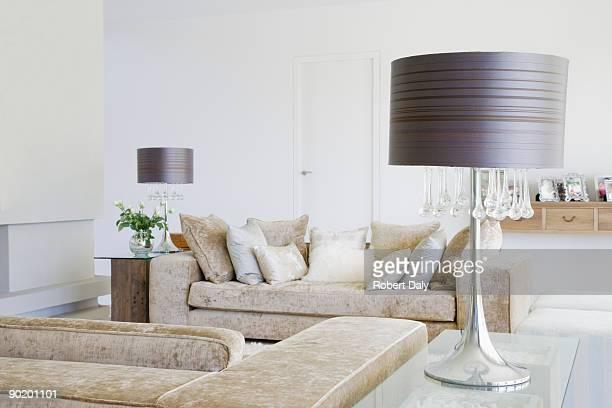 Canapé dans la salle de séjour d'une maison moderne