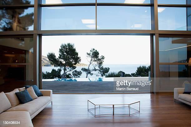 Sofas und Schiebetüren in modernem Wohnzimmer
