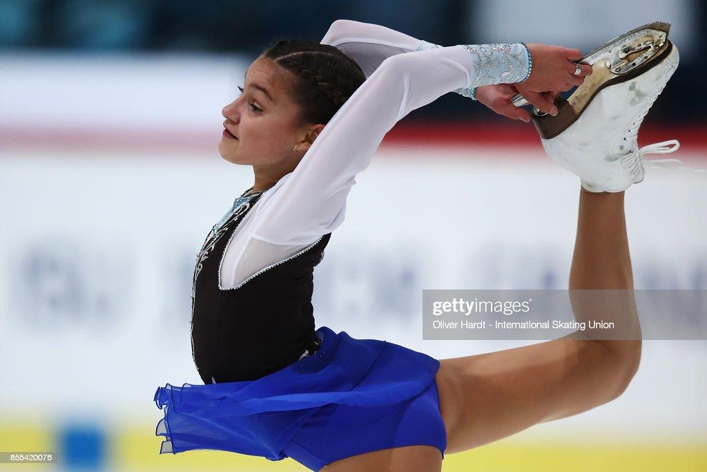 Софья Самодурова - Страница 2 Sofia-samodurova-of-russia-performs-in-the-junior-ladies-short-day-picture-id855420076