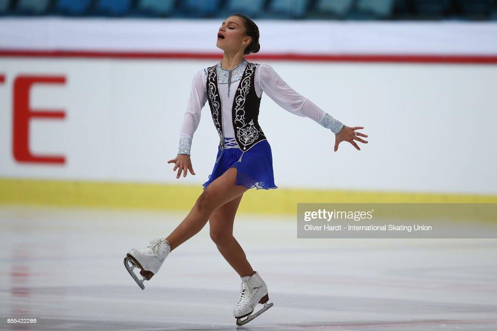 Софья Самодурова - Страница 2 Sofia-samodurova-of-russia-performs-in-the-junior-ladies-short-day-picture-id855422286