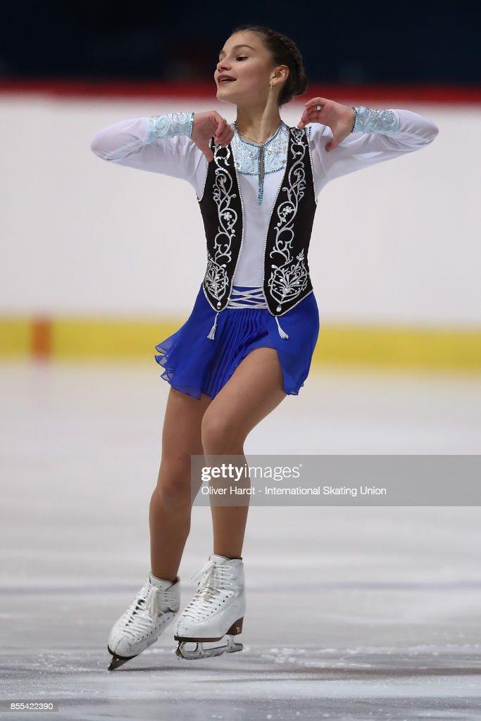 Софья Самодурова - Страница 2 Sofia-samodurova-of-russia-performs-in-the-junior-ladies-short-day-picture-id855422390