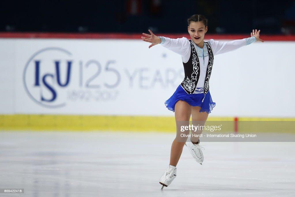 Софья Самодурова - Страница 2 Sofia-samodurova-of-russia-performs-in-the-junior-ladies-short-day-picture-id855422418