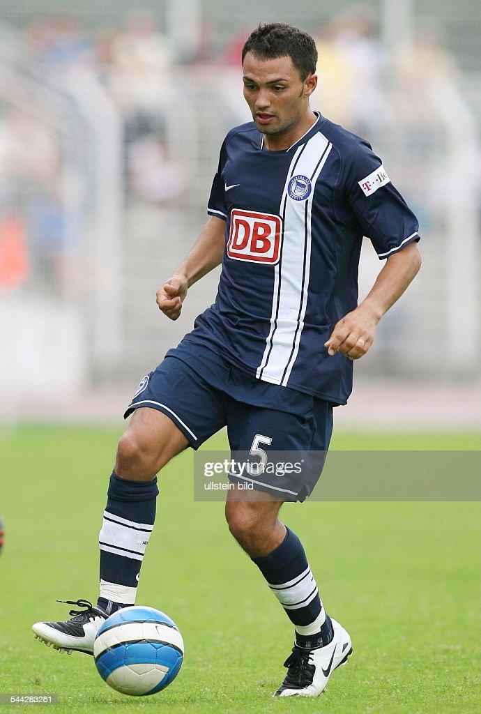 Sofian Chahed Abwehrspieler Hertha BSC Berlin D in Aktion am Ball