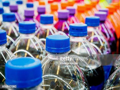 alkoholfreie Getränke-Flaschen im Supermarkt : Stock-Foto
