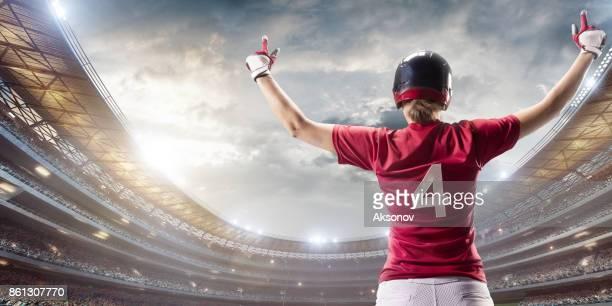 Softbal vrouwelijke speler gelukkig na de overwinning op een professionele arena