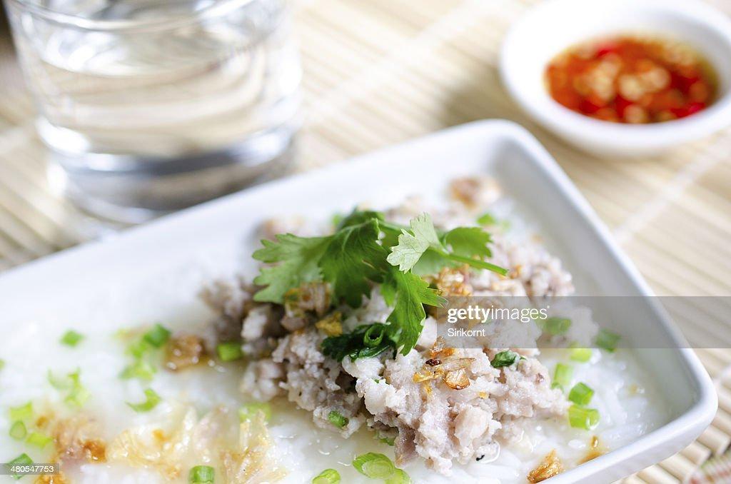 Weiche gekochte rice Schweinefleisch mit Glas Wasser und Fischsauce : Stock-Foto